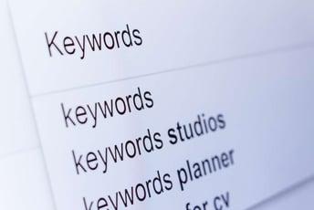 検索キーワード、ちょっとの違いで上位表示のロジックは変わる!